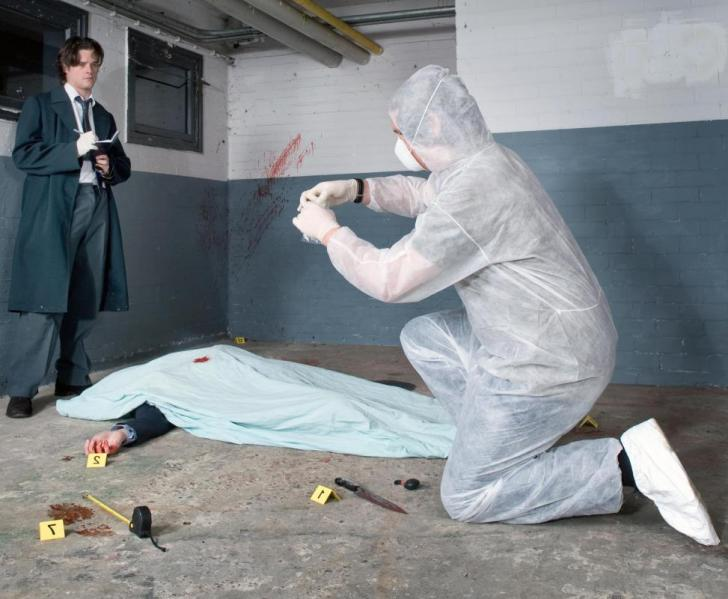 detective-and-csi-tech-at-murder-scene